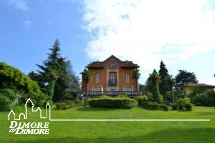 Villa d'epoca ad Angera con accesso diretto al lago Maggiore