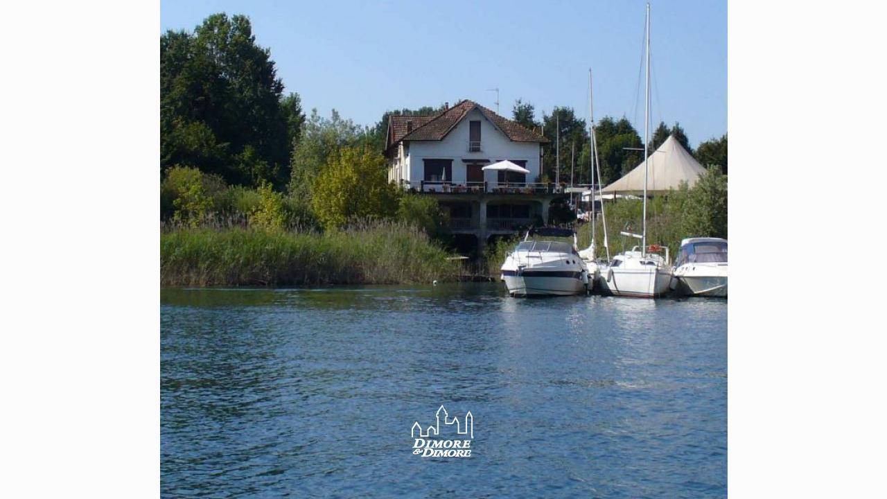 villa lago maggiore seepromenade mit dock dimore dimore immobilienagentur in verbania. Black Bedroom Furniture Sets. Home Design Ideas