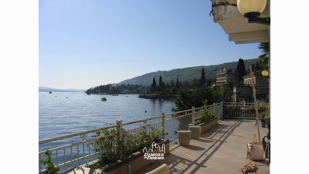 villa a stresa lago maggiore fronte lago con darsena