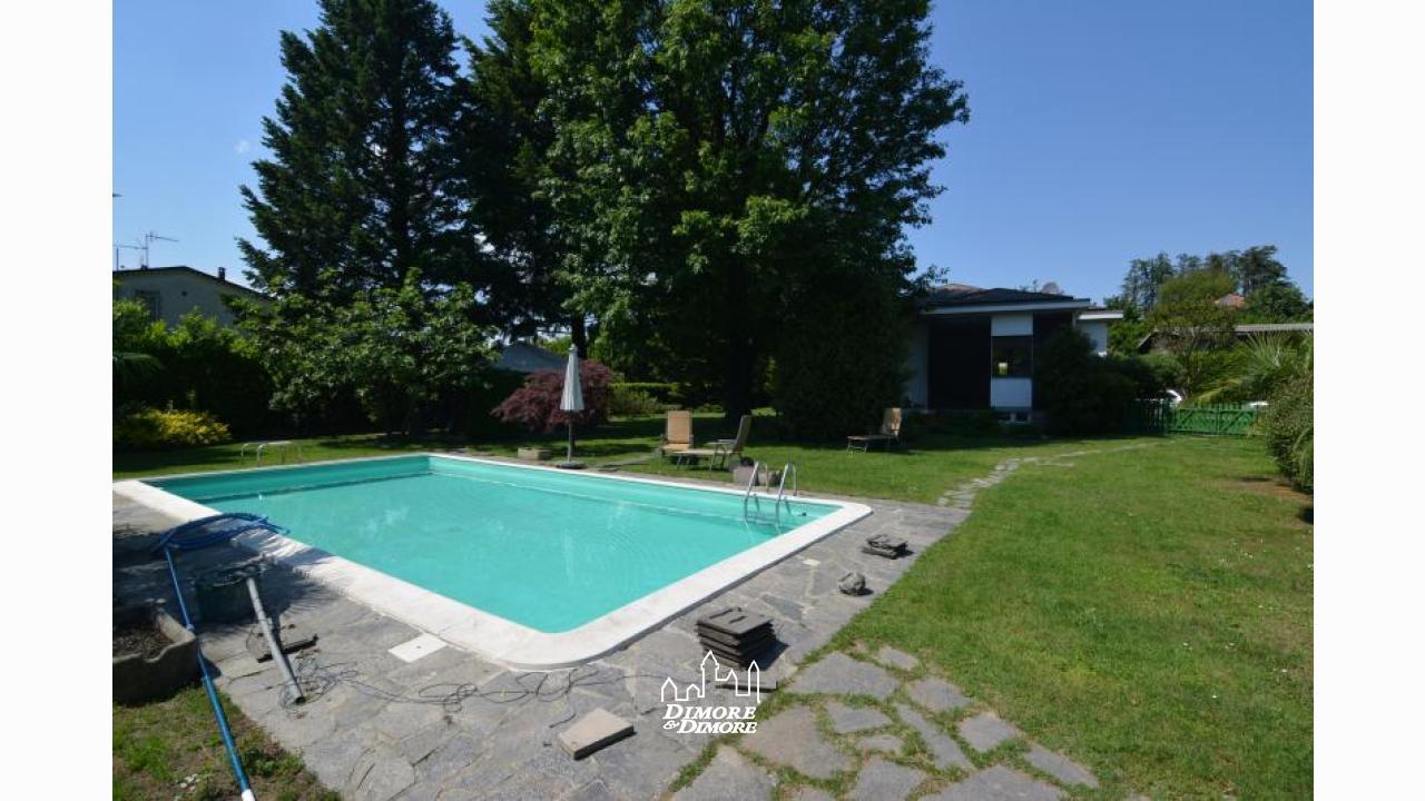 Villa con piscina e giardino sesto calende dimore for Villas con piscina