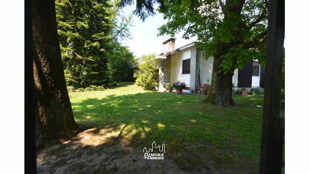 Villa con piscina e giardino sesto calende dimore - Ville con giardino foto ...
