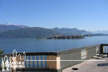 Villa overlooking the lake with dock in Stresa