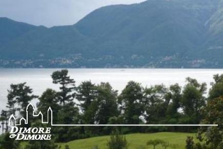 Вилла д    'эпохи Luino с видом на озеро Маджоре