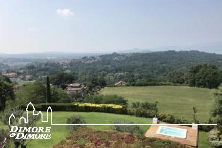 Lussuosa villa nel primo entroterra di Laveno Mombello